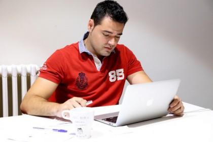 Adrián de Pedro: el hermano vendía al PP fans en TW y FB